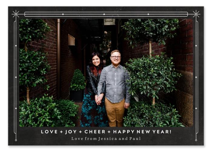 Um cartão fotográfico personalizado com o retrato de um casal.