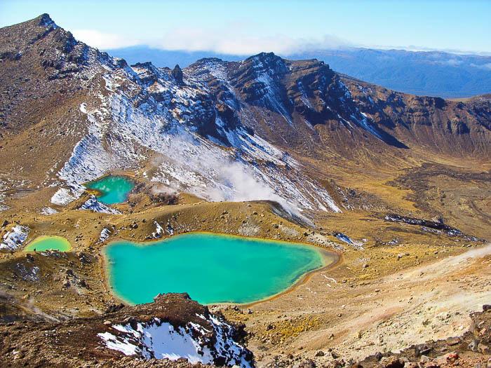 Foto de fotografia de viagem de uma paisagem com montanhas e um lago