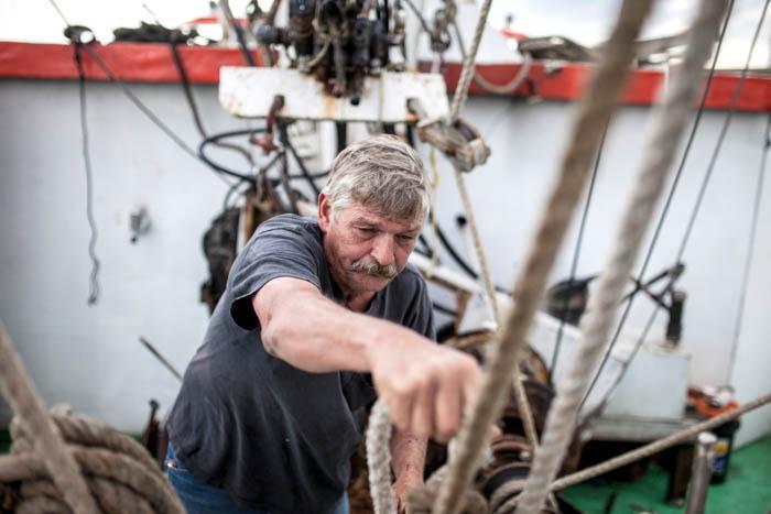 retrato de um marinheiro preparando um navio