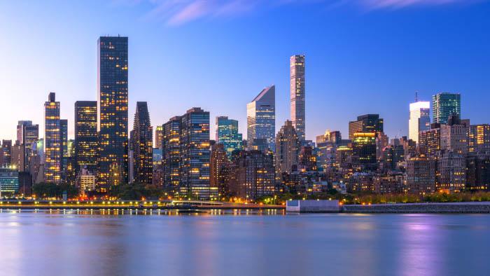 Imagem da paisagem urbana do horizonte de Nova York de Midtown Manhattan do outro lado do Rio Hudson.