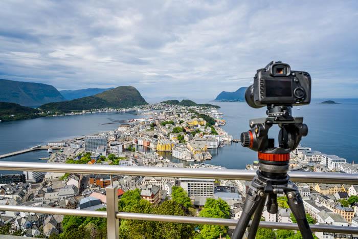 Fotografia de viagens da paisagem urbana com uma câmera em um tripé na cidade de Alesund, na Noruega.