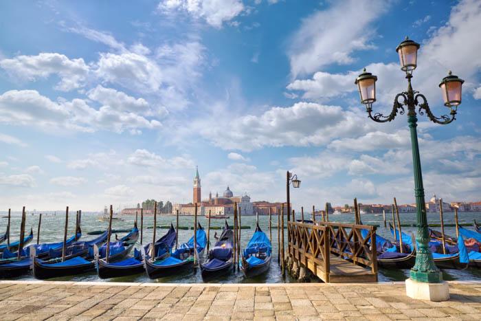 Gôndolas com a igreja de San Giorgio Maggiore vista de San Marco em Veneza.