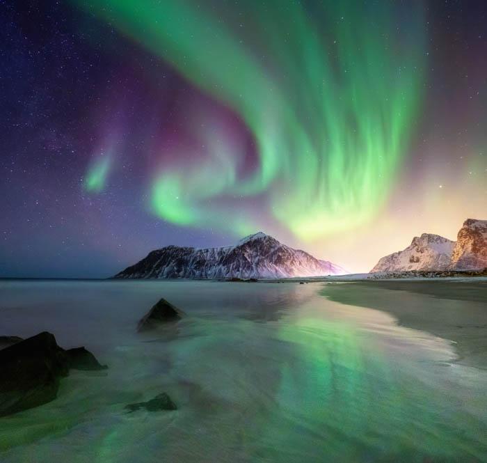 Una imagen de fotografía de viajes de un hermoso paisaje nocturno con auroras boreales