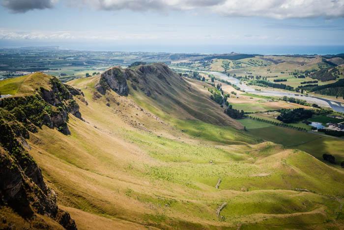 Vista do Vale do Rio Tukituki e da Baía Hawkes do Pico Te Mata da Nova Zelândia