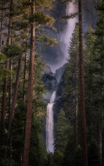Uma fotografia tirada de uma cachoeira no Parque Nacional de Yosemite