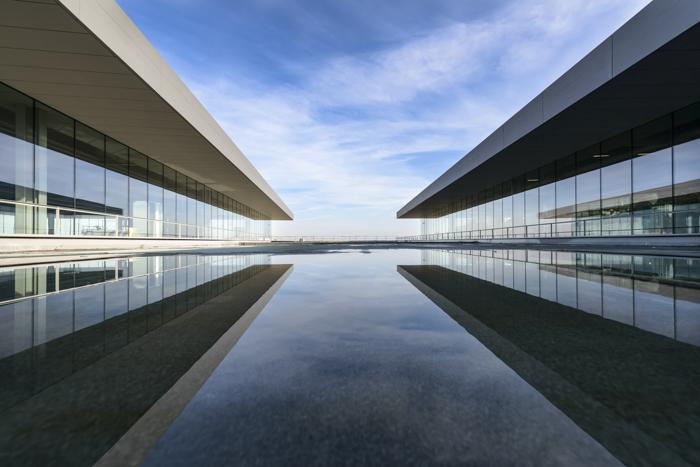 Fotografia de arquitetura de dois edifícios modernos em simetria.