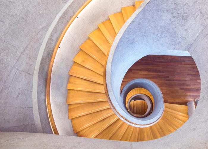 Uma bela fotografia arquitetônica plana de uma escada em espiral