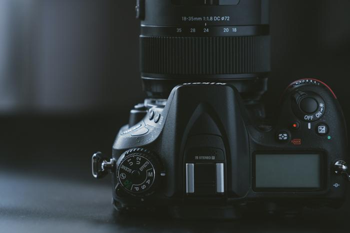 Uma imagem de close-up de uma câmera Nikon DSLR