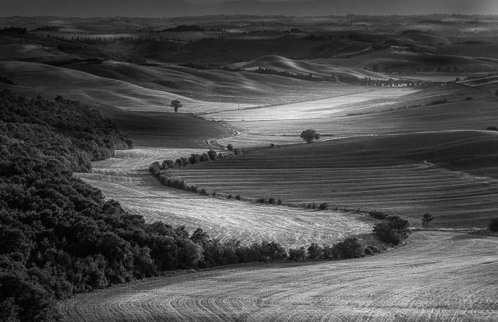 Fotografia em preto e branco do interior da Toscana