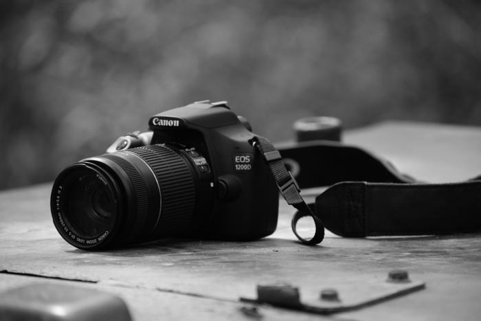 Câmera Canon EOS 1200D em uma mesa