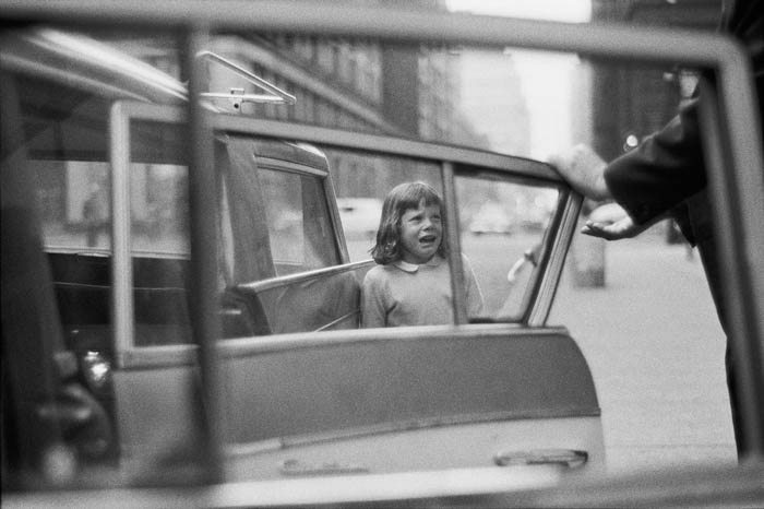 Joel Meyerowitz street photography of a crying child and taxi