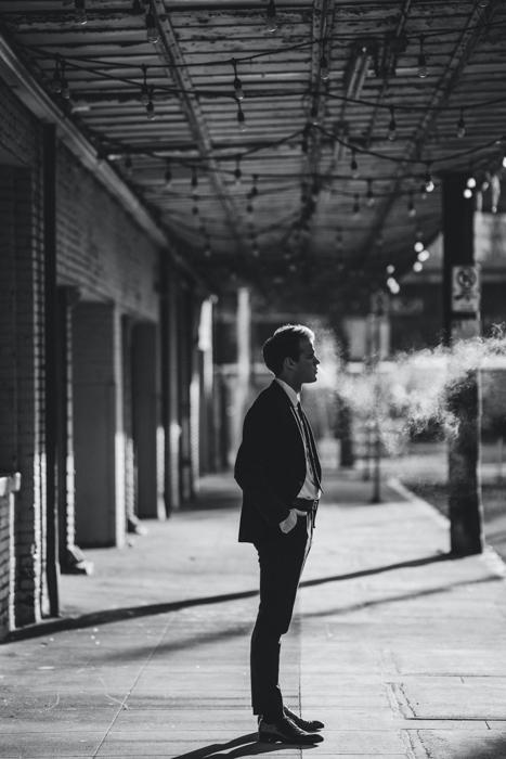 imagem em preto e branco de um homem de terno