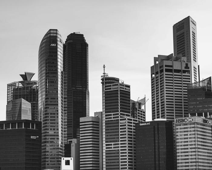 imagem em preto e branco de arranha-céus