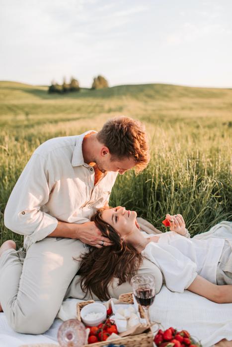 Um casal fazendo um piquenique romântico no dia dos namorados.