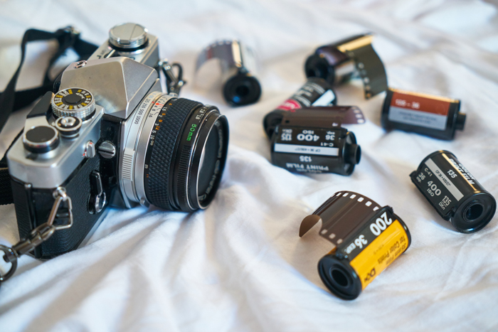 Câmera analógica e alguns rolos de filme 35mm.