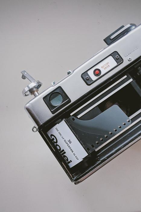 Uma imagem de um rolo de filme de 35 mm carregado em uma câmera analógica