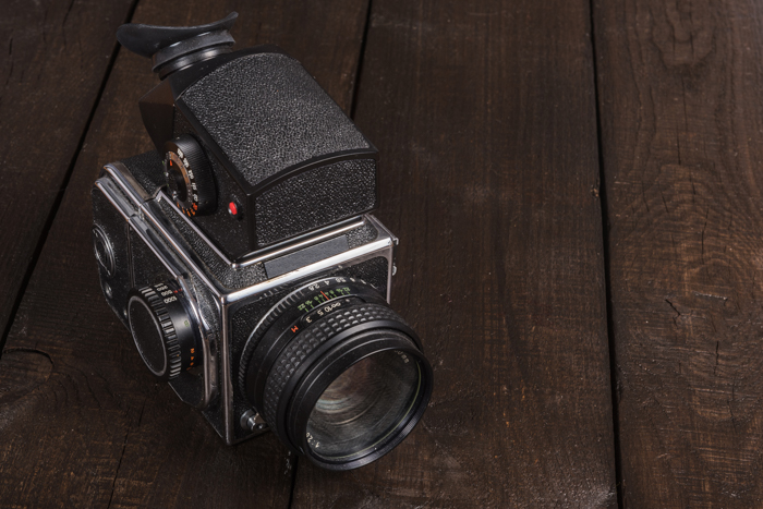 Uma câmera de filme de médio formato em uma mesa de madeira