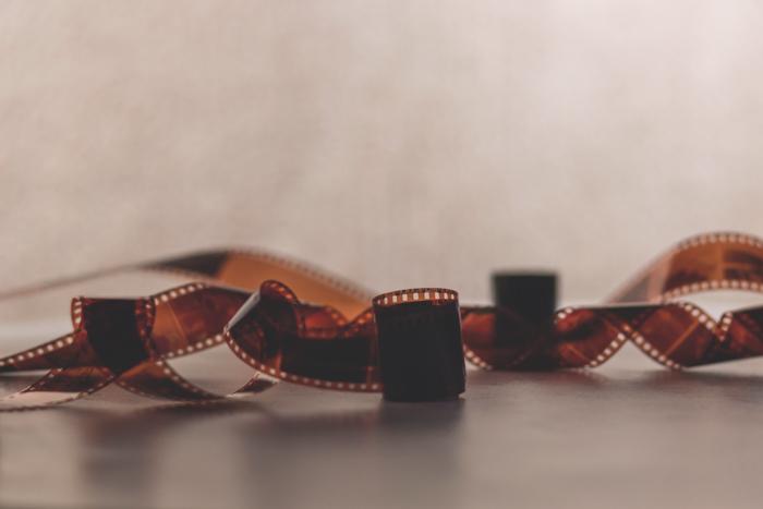 Uma imagem de um rolo torcido de negativos de filme de 35 mm em uma superfície plana