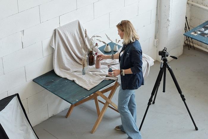 Foto de alto ângulo de uma mulher criando uma composição para fotografia