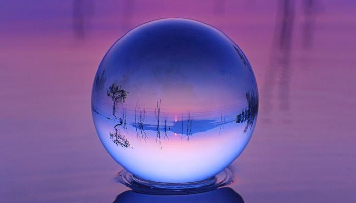 bola de cristal na água durante a hora azul