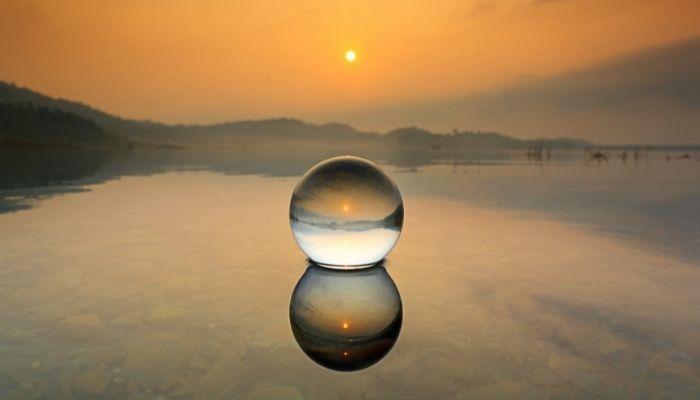sol brilhando através da bola de cristal