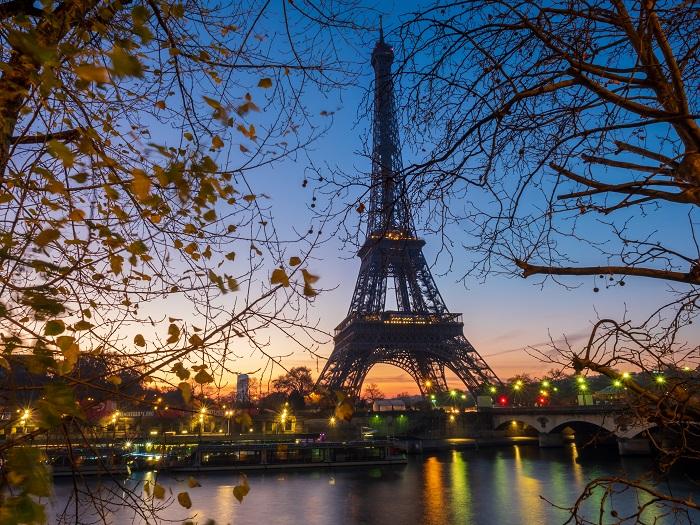 uma foto da torre eiffel em paris, frança