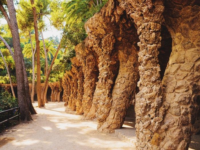 uma foto do parque güell em barcelona
