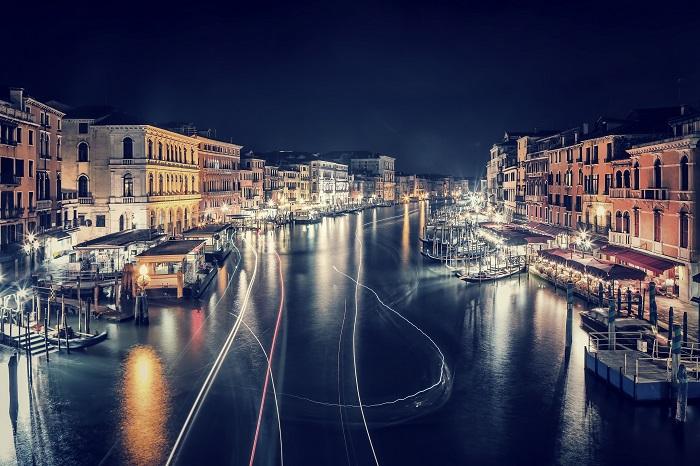 Uma foto de lapso de tempo do Grande Canal na cidade de Veneza à noite